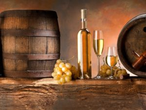 Белое вино в бочках - фото 1